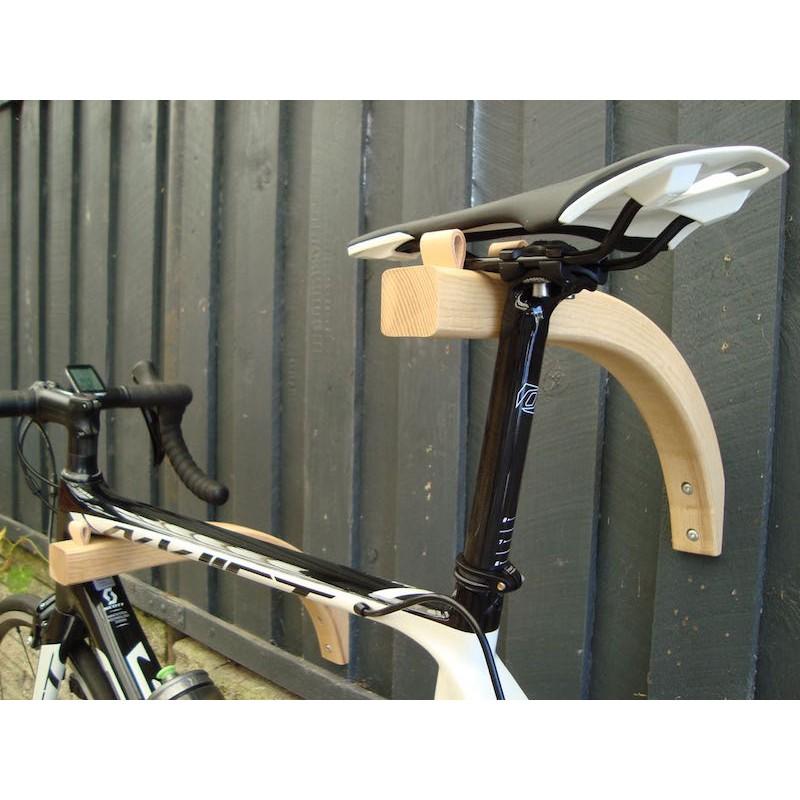 Cykelholder til væg. Udført i bukket træ. Dansk designet cykelophæng.