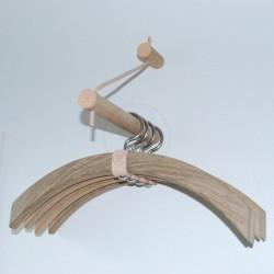 Stilfuldt ophæng i egetræ til bøjler, Pi-serien garderobeophæng