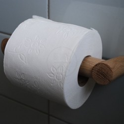 WC rulle holder i massiv ege-træ set fra siden. Dansk designet toiletrulleholder i enkelt design. En enkel toiletpapirrulleholde