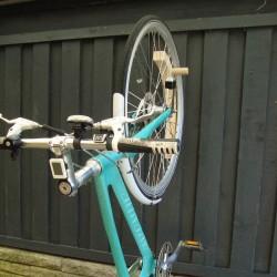 Cykelholder i aske træ med Avenuecykel opsat på væg