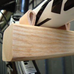 Cykelophænget vandret monteret. Set med afstandsstykke i læder. Dansk design.
