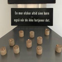Samling PLETTER. PLET en fantastisk magnet. Nordisk design. Massiv træ med læder.
